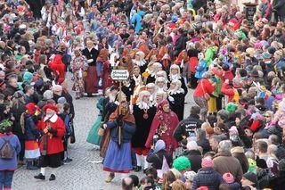Auch der Schalk ist beim Narrentreffen von Zünften und Besuchern dabei.