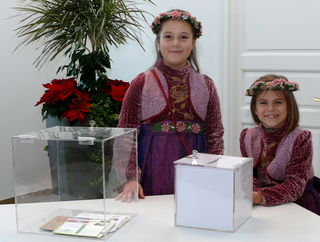 Die Blumenmädchen Lilli und Emma der Chrysanthema-Königin zogen die glücklichen Gewinner.