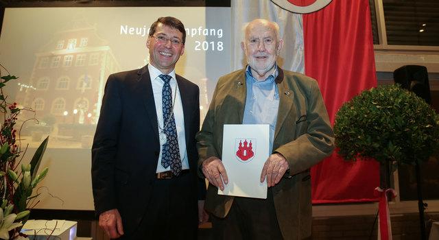 Bürgermeister Bruno Metz (links) überreicht Kurt Bildstein im Rahmen des Neujahrsempfangs den Kultur- und Sozialpreis der Stadt.