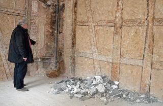 Bevor saniert werden kann, mussten unter anderem die Wände und Böden freigelegt werden - die meisten dieser Arbeiten verrichtete Patric Jockers gemeinsam mit den Mitarbeitern der Ortsverwaltung selbst.
