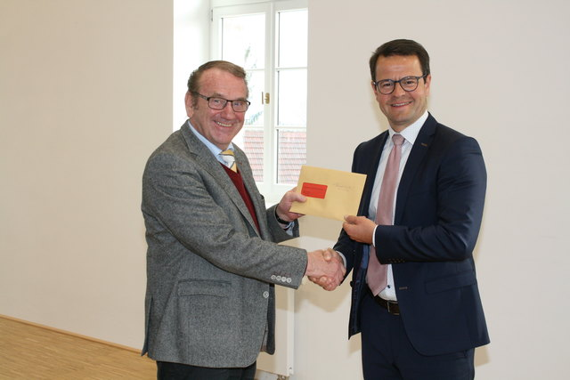 Otto Schnurr (l.) überreicht Bürgermeister Marco Steffens die Anklageschrift. Das Narrengericht tagt am 20. Januar.