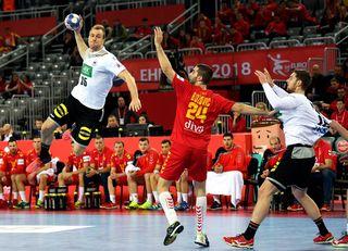 Deutschlands Julius Kühn steigt zum Wurfversuch in die Luft. Deutschland gewann gegen Montenegro mit 32:19.