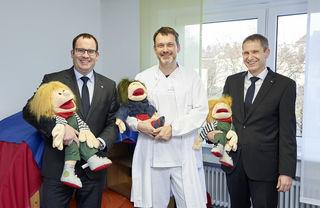 Die Volksbank in der Ortenau unterstützt dies mit einer Spende von 1.000 Euro, die Peter Pühler (l.) und Michael Martin (r.) von der Volksbank in der Ortenau an Dr. Stefan Stuhrmann, Chefarzt der Kinderklinik und ärztlicher Leiter der Kinderschutzambulanz, übergeben.