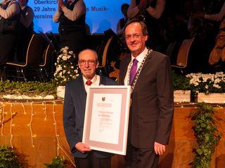 Friedrich Söllner (l). erhielt die Bürgermedaille von Matthias Braun.