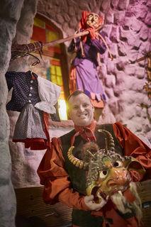 Sein erstes Häs am Kleiderhaken und die Teufelsmaske in der Hand: Sven Schaller ist seit November neuer Zunftmeister der Offenburger Hexen.