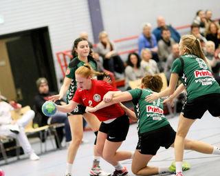 Altenheims Damen, hierKatrin Nautascher (rotes Trikot), konnten sich kaum gegen die SG Ohlsbach/Elgersweier durchsetzen.