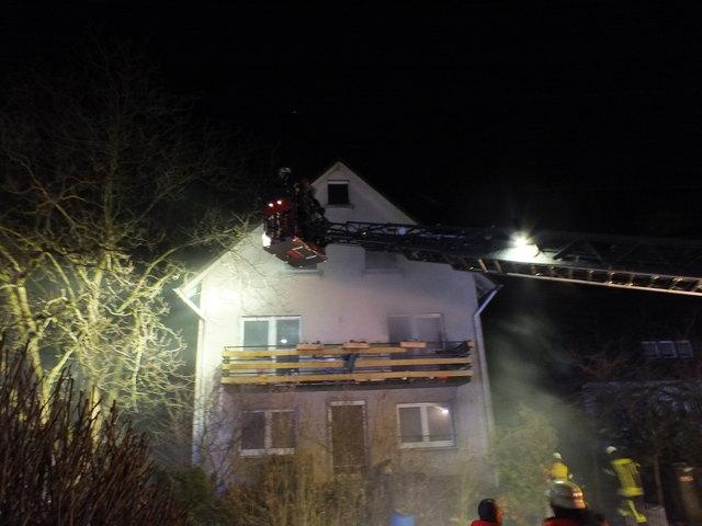 Mit Hilfe der Drehleiter konnte der Bewohner gerettet werden.