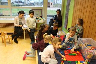 Beobachten und Notizen machen: Elena Lässle (hinten l.) und Katharina Ullrich von der Deutschen Kinder- und Kugendstiftung und vom Berlina Kita-Institut.