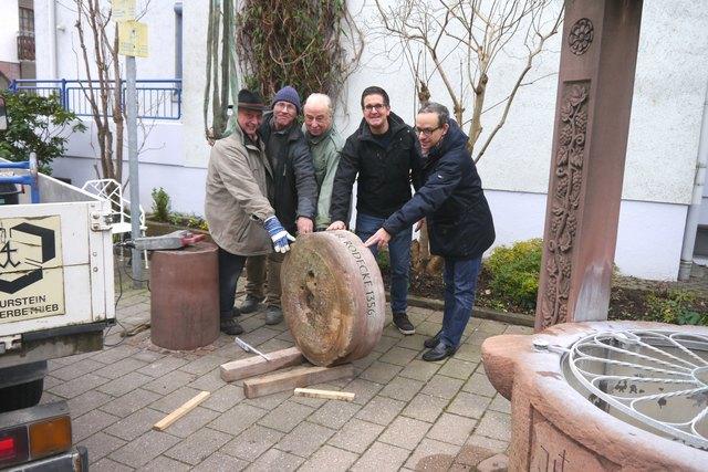 Karl Schütt (von links), Steinmetz Elmar Jogerst, Dr. Phillipp Schindler-Harrer, Bürgermeister Stefan Hattenbach und Christian Schindler bringen den Stein ins Rollen.