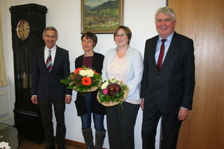 Bürgermeister Scheffold (rechts) und der Leiter der Volkshochschule Kinzigtal Thomas Lang verabschiedeten Hannelore Schurt (zweite von links) und begrüßten Manuela Bächle als neue Hornberger Außenstellenleiterin.