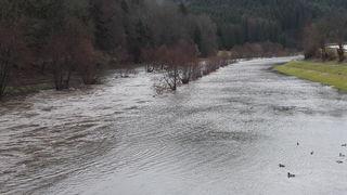 Durch Regen und Schneeschmelze drohen Hochwasser –so wie hier ander Kinzig bei Steinach.