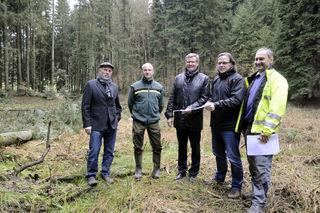 Gemeinde und Badenova stellten die Ausgleichsmaßname für die Windräder auf dem Kambacher Eck mit der Reaktivierung des Sägersweihers im Regelsbach vor.