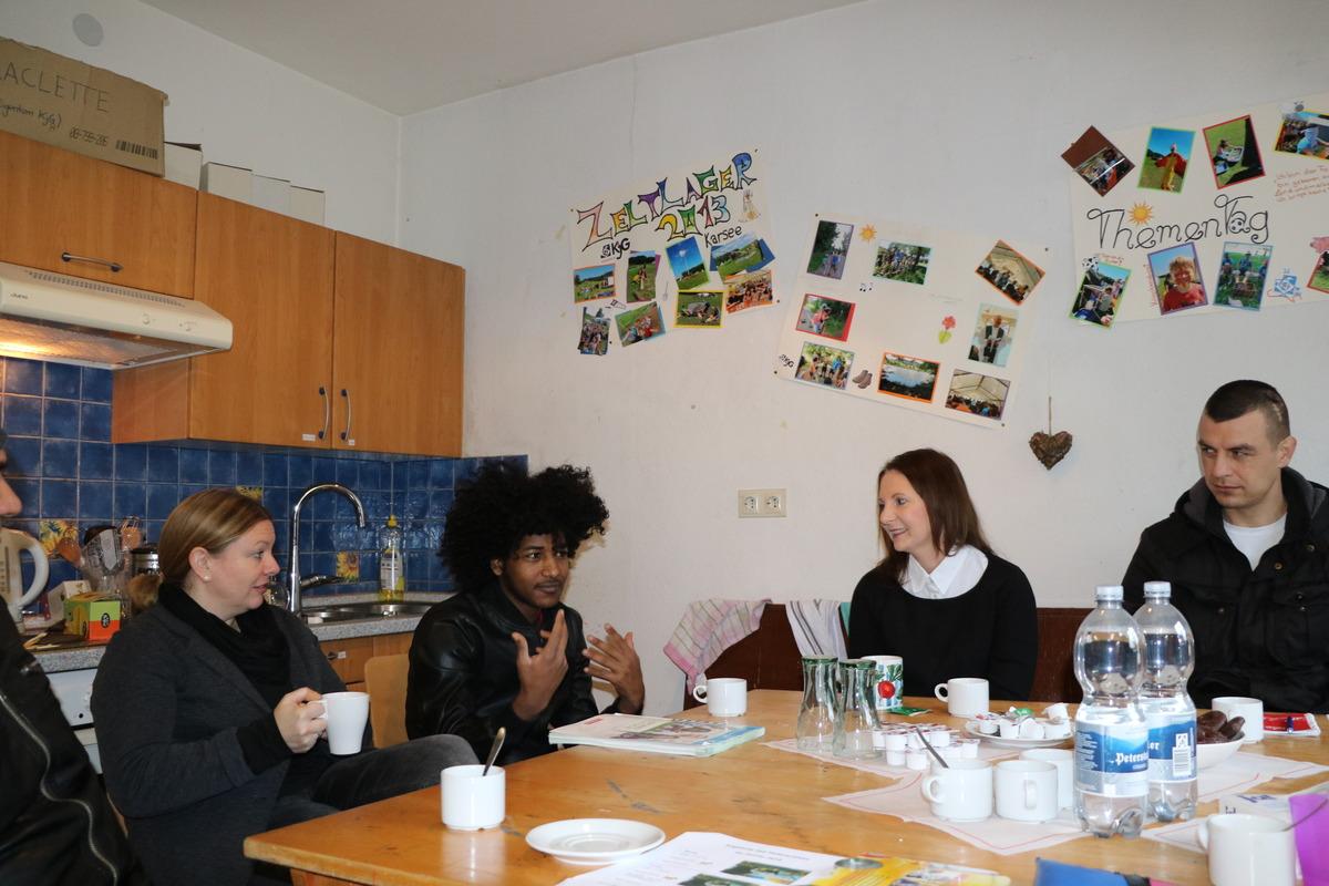 Stefanie Bächle, ehrenamtliche Sprachlehrerin Helferkreis Wolfach (2. v. links) und Sandra Boser, MdL Grüne (2. v. rechts) mit Geflüchteten aus Wolfach