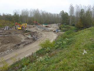 Bau des Abschlussdamms für den Rückhalteraum Elzmündung: Abbrucharbeiten eines Durchlassbauwerks, Blick vom Hochwasserdamm VIII nach Westen