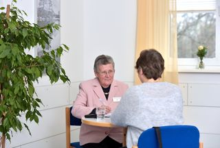 Ingrid Fuchs, Patientenfürsprecherin am Ortenau Klinikum Offenburg-Gengenbach, in einem Beratungsgespräch