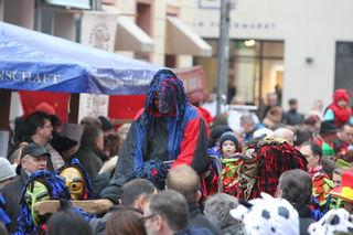 """Der Delinquent wird gefesselt vom Fischmarkt zum """"Schindbock"""" vor dem Rathaus getragen."""