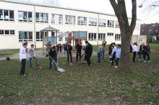Zwei Klassen der Werkrealschule entmüllten das Außengelände der Schule.