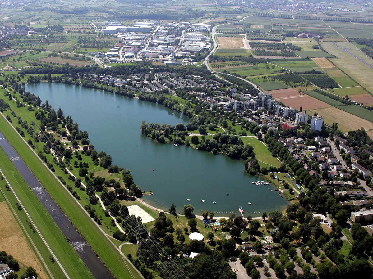 Offenburg aus der Luft: Wasser wird bei der Landesgartenschau eine bedeutende Rolle spielen – hier der Gifizsee mit der Kinzig links am Bildrand.