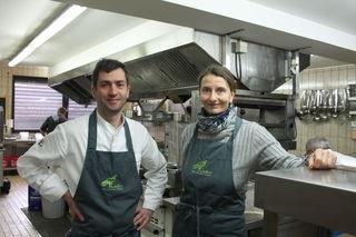 """Sternekoch Daniel Fehrenbacher und Christina Großheim in der """"Adler""""-Küche in Lahr Reichenbach"""