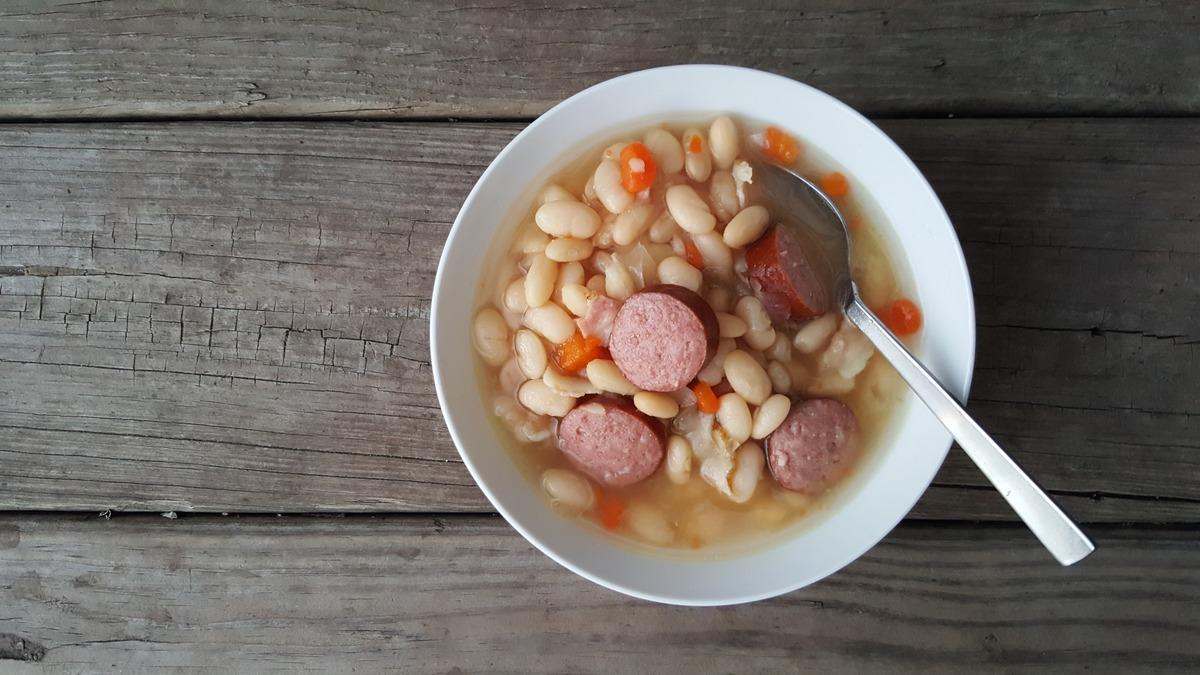 Mit Bohnensuppe und anderen heißen Eintopfgerichten halten sich Narren ab dem Schmutzigen Donnerstag fit.