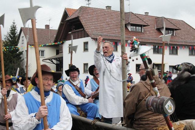 Mit dem Karren wurde der Deliquent des Grohohberger Narrengericht durch den Ort gefahren.