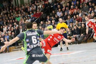 Der TV Willstätt im roten Trikot setzte sich am Freitag im Spitzenspiel gegen den TSV Baden-Baden knapp mit 33:30 durch.