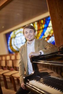 Wenn Nicolai Jan Hübner auf Konzerttournee ist, denkt er immer wieder auch an die Menschen, die sich einen Konzertbesuch nicht leisten können, und spielt ohne Gage in Senioreneinrichtungen sowie in Heimen für Menschen mit Behinderung.