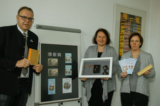 Römische Funde als Schmuckanhänger: Guido Schöneboom, Friederike Ohnemus und Martina Mundinger stellten die Shopartikel vor (von links).