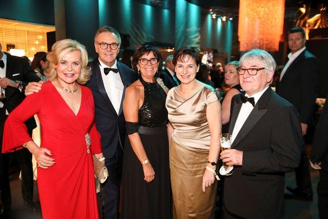Tessy Pavelková (v. l.) mit Europapark-Chef Roland Mack und seine Ehefrau Marianne, Offenburgs OB Edith Schreiner und Ehemann Dr. Bernhard Schreiner in Berlin bei der Bambi-Verleihung.