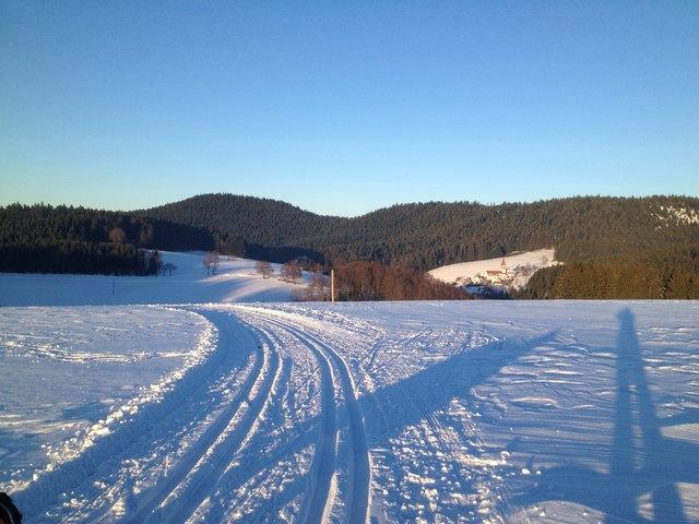 In diesem Winter noch nicht vorhanden: Der herrlicher Blick von der Loipe auf das winterlich verschneite Sankt Roman.