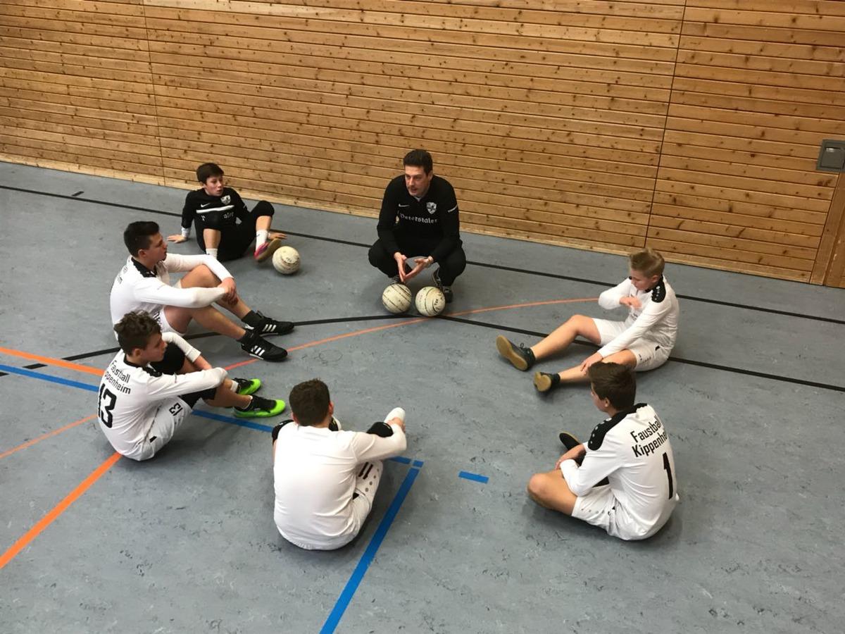 Trainer Michael Leuthner gibt letzte taktische Instruktionen bei der Westdeutschen Meisterschaft.