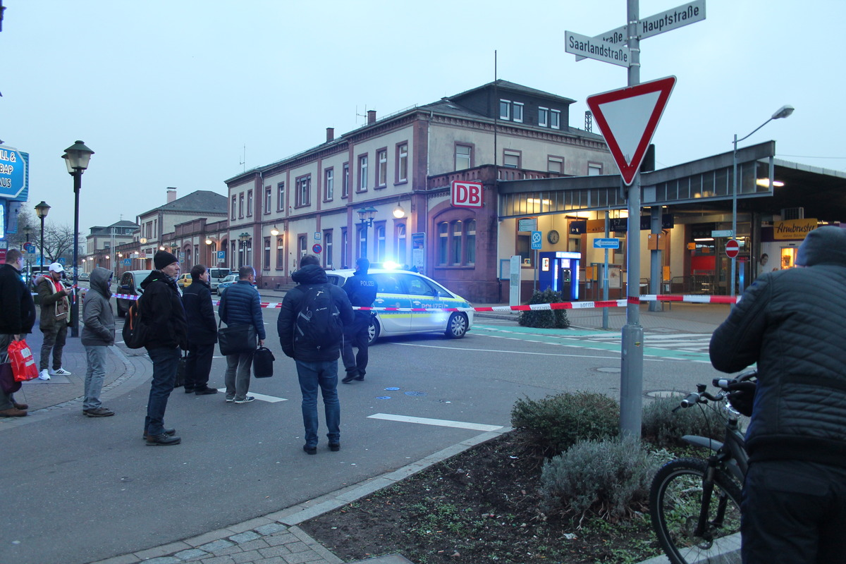 Während die Polizei das Gelände absuchte, warteten die Reisenden.