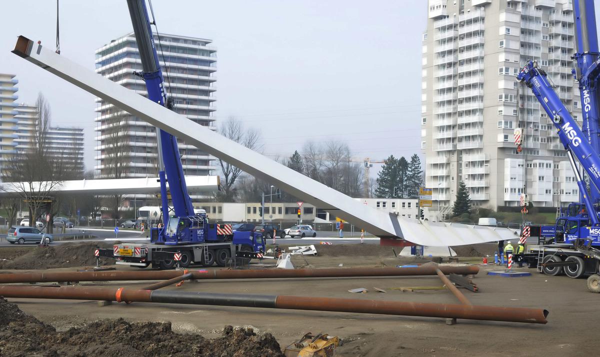 Am Donnerstag ging es endlich weiter auf der Brückenbaustelle: der Pylon, an dem die noch fehlenden Teile aufgehängt werden, wurde aufgestellt.