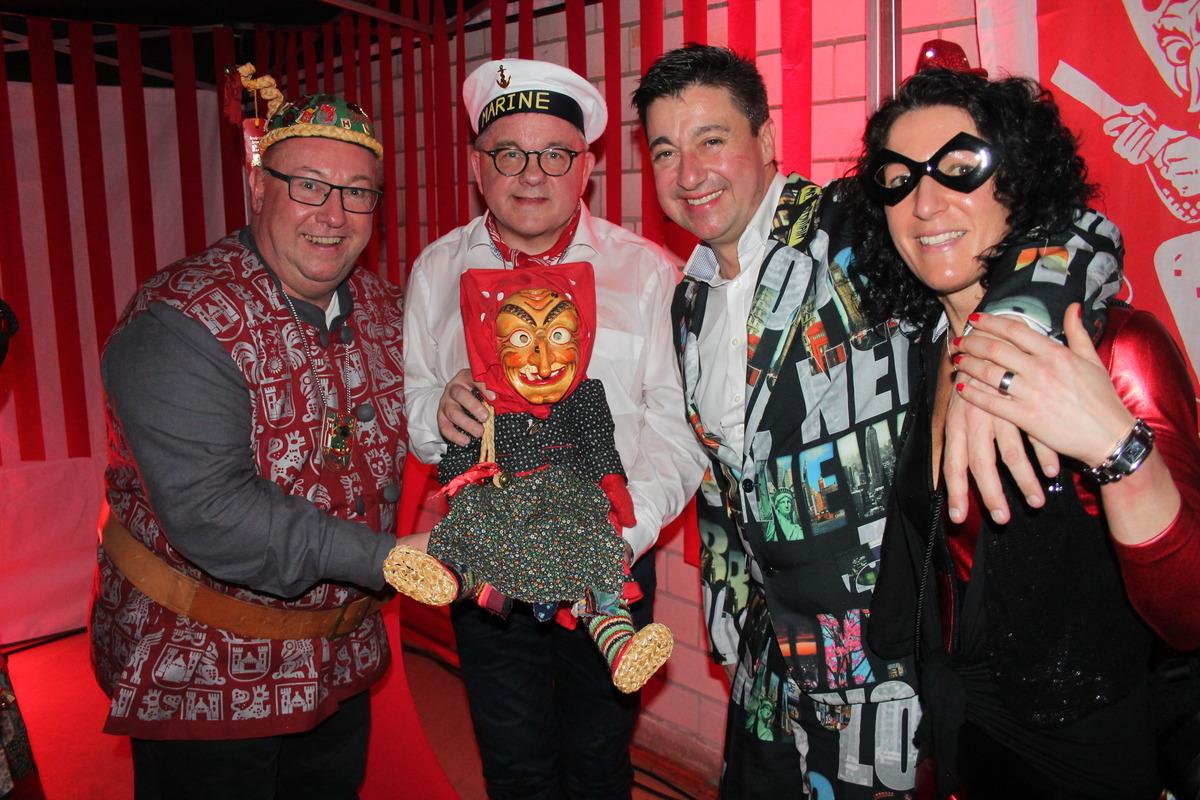 Ein unvergesslicher Hexenball für Guller-Gewinnerin Nicole Storz, hier mit Ehrenzunftmeister Uwe Schreiner (v. l.) Stempel-Opfer Minister Guido Wolf und DJ Frank Dickerhoff.