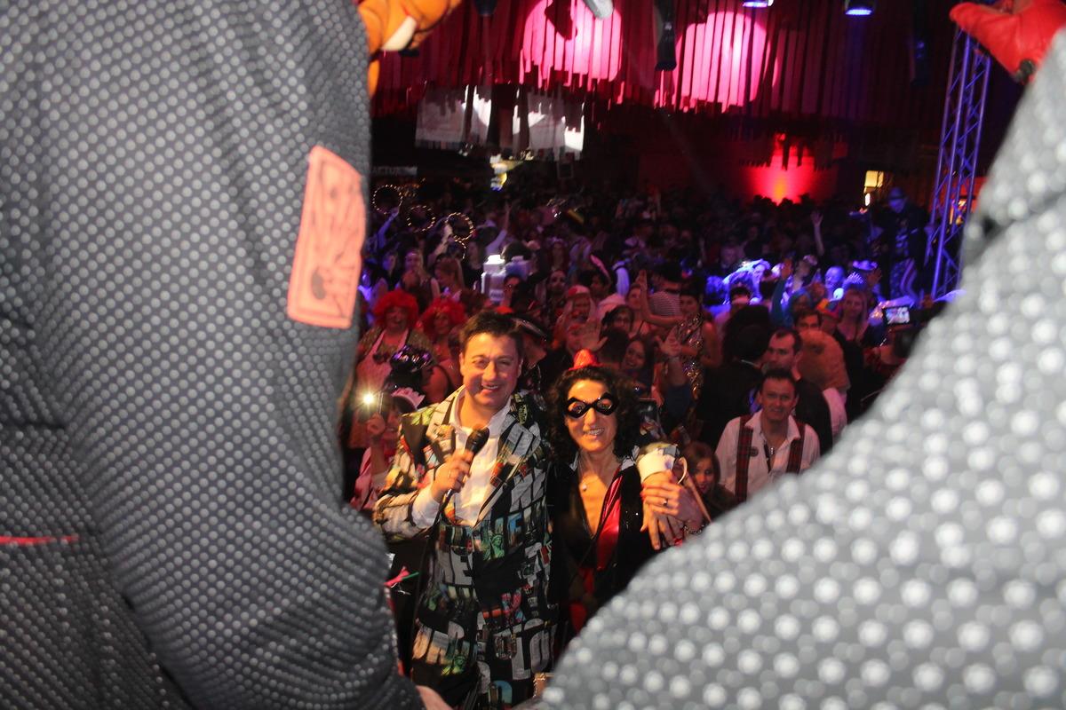 Vorne Hexen, dann DJ Dickerhof und Storz vor dem Publikum