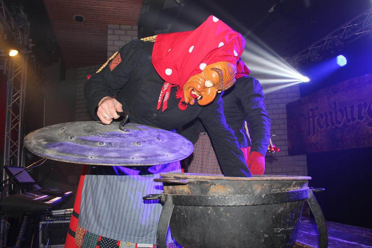 Hexen bereiten die Zeremonie des Stempelns vor