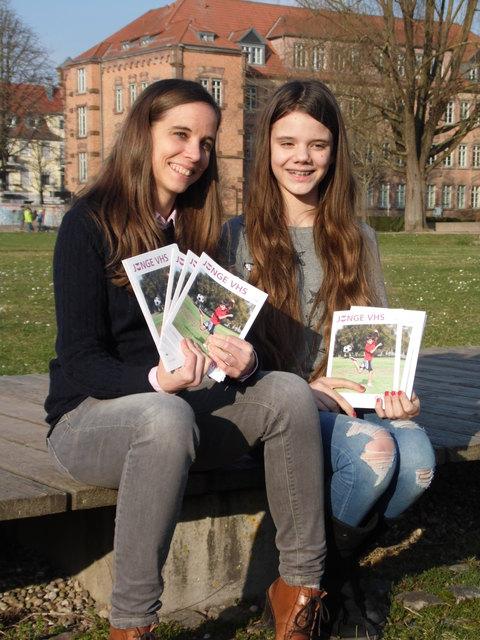 """Franziska Spraul und Hannah Armbruster arbeiten an der """"Jungen VHS"""" mit."""