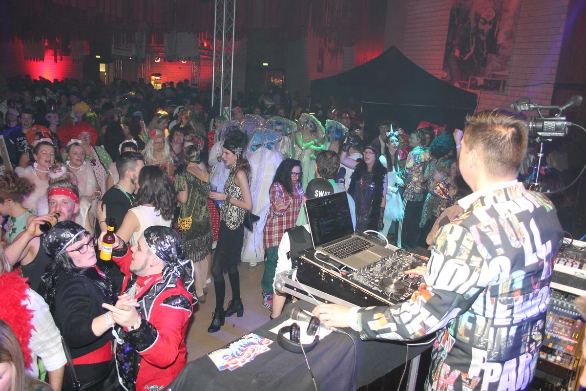 DJ und Publikum