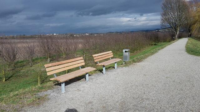 Statt einer umrandeten Bank stehen nun zwei Bänke mit Mülleimer am Großen Deich.