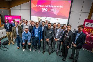 """Pitch-Teilnehmer mit WRO-Geschäftsführer Dominik Fehringer, WRO-Aufsichtsratsvorsitzendem Thorsten Erny und """"startUp.connect""""-Bereichsleiter Florian Appel"""