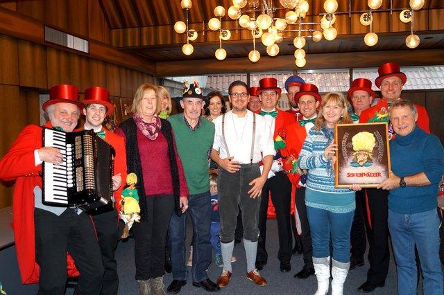 Teilnehmer der närrischen Gästebegrüßung mit dem Elferrat und Bürgermeister Stefan Hattenbach (Mitte)