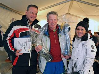 Landrat Frank Scherer (l.) überreichte dem Gewinner Georg Wolf  gemeinsam mit Marina Lanzillotti vom Landratsamt Ortenaukreis einen Glaspokal der Zeller Keramik und eine Magnum-Flasche Sekt vom Weingut Schloss Ortenberg.