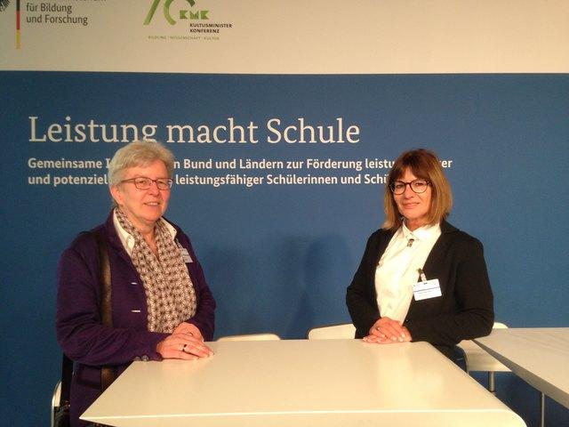 """Sabine Rühtz bei der Bekanntgabe der teilnehmenden Schulen bei dem Projekt """"Leistung macht Schule""""."""