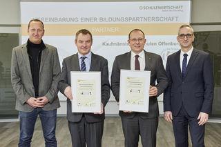 Alexander Kuschel und Thomas Rahner (beide Kaufmännische Schulen, v. l.) sowie Rainer Huber und Torsten Geiler (beide Edeka Südwest) besiegeln die Partnerschaft.