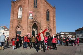 """Gemeinsam tanzen die Teilnehmer des Flashmobs """"One Billion Rising"""" auf dem Kehler Marktplatz."""