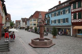 Neues Fugenmaterial wurde in der Oberkircher Hauptstraße ausgebracht, in der ab Montag unter anderem die Entwässerungsrinnen gereinigt werden.