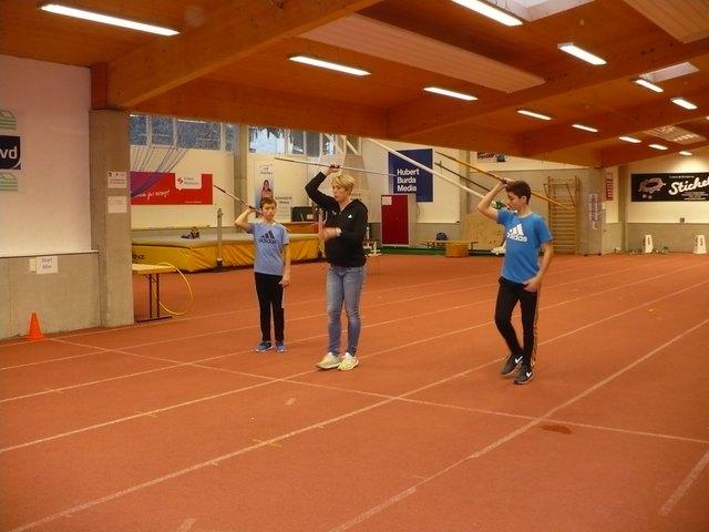 Nur wenn die Technik stimmt, wird der Speer weit fliegen. Christina Obergföll zeigte Aron (l.) und Jakob (r.), worauf es ankommt.