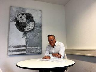Im Blickpunkt: Karl-Rainer Kopf bei der Lektüre des Koalitionsvertrags