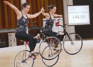 Das Gutacher Kunstradfahrerduo bei ihrer Kür beim Weltcup in Prag