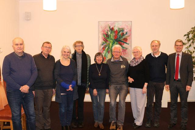 """Bürgermeister Christoph Lipps (rechts) dankte den anwesenden Künstlern für ihr wiederholtes wohltätiges Engagement im Rahmen von """"Kunst hilft""""."""